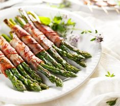 grilled green asparagus wrapped with bacon Prosciutto Wrapped Asparagus, Low Carb Vegetables, Lard, Asparagus Recipe, Thanksgiving Side Dishes, Low Carb Diet, Lunches And Dinners, Tasty Dishes, Vegetable Recipes