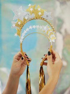 Make + acessório de cabeça! Karneval Diy, Diy Crown, Festival Outfits, Festival Costumes, Headdress, Mardi Gras, Masquerade, Fancy Dress, Diy Fashion