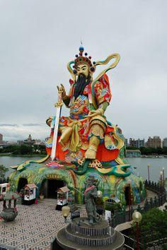 Temple at Lotus Pond in Kaohsiung, Taiwan #twelvecountries #familytravel