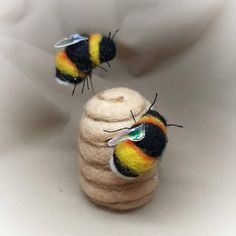 Bumble bee Bees Needle felted bee Beehive Pin cushion | Etsy Beginner Felting, Needle Felting Tutorials, Hedgehog Craft, Easy Easter Crafts, Bee Art, Bee Theme, Sewing Accessories, Beads And Wire, How To Make Ornaments