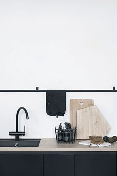 Kitchen Makeover Inspiration {Traditional Meets Contemporary} Matte Black Kitchen Hardware And Taps - Source: The Design Chaser Home Design Decor, Interior Desing, Küchen Design, Interior Styling, House Design, Home Decor, Interior Modern, Design Ideas, Design Inspiration