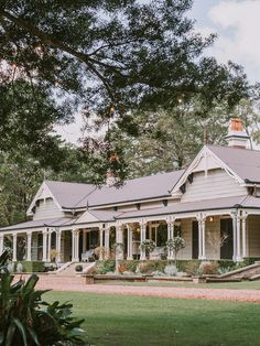 Discover Gabbinbar Homestead - award-winning food, impeccable service, a gorgeous historic homestead and amazing gardens. It's the perfect destination for your wedding. Australian Country Houses, Australian Homes, Modern Country, Australian Farm, Modern Farmhouse Exterior, Country Farmhouse, Country Homes, Drarry, Weatherboard House
