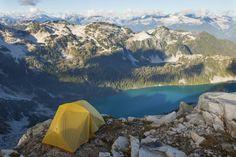 Kaum ein Gefühl ist schöner, als nach Stunden des kräftezehrenden Wanderns einen kleinen Ort zu finden, an dem man sein Zelt für die Nacht aufbaut und die Natur genießt. Weit weg von Städten, Menschen und Trubel. Doch nicht überall ist das problemlos möglich. Wo Wildcampen noch erlaubt ist.