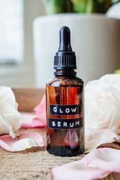 Needing to take better care of your skin? Look no further than my DIY essential oil glow serum. It's great for oily to dry to normal skin! Essential Oils For Face, Essential Oil Blends, Diy Essential Oil, Face Serum Diy, Diy Facial Serum, Diy Hair Oil Serum, Facial Care, Crema Facial Natural, Au Natural