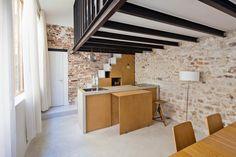 Lo spazio della cucina è definito dalle pareti in muratura a vista, a differenza delle altre zone della casa
