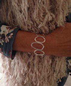 Zilveren armband van grillig gevormde ringen.