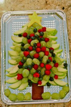 Yummy Christmas Food Learn How to Make Healthy Christmas Appetizers and Snacks for Parties # Christmas Snacks, Christmas Brunch, Xmas Food, Christmas Cooking, Fruit Christmas Tree, Healthy Christmas Treats, Xmas Tree, Winter Christmas, Christmas Veggie Tray