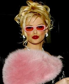 I admit it, I liked watching the Anna Nicole Smith show but felt a sadness watching her downward spiral. Girl could rock some pink shades! Anna Nicole Smith, Marilyn Monroe, Celebrity Moms, Celebrity Style, Sarah Michelle Gellar, Amanda Seyfried, Christina Aguilera, Cultura Pop, Vintage Glamour