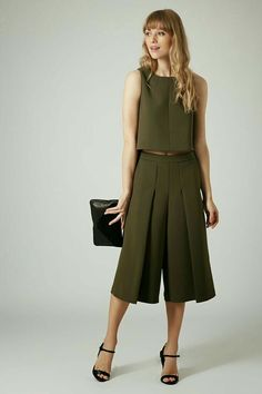 Shop women's suits and co-ords at Topshop. From shorts and blazers to culottes and dusters, these two-piece outfits make dressing up a breeze. Style Désinvolte Chic, Style Casual, Casual Chic, Casual Outfits, Suit Fashion, Fashion Pants, Runway Fashion, Fashion Dresses, Womens Fashion
