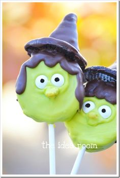 Halloween Food-Witch Oreo Pops - - Looking for a fun and unique Halloween Food for your Halloween party or classroom treat? Check out these Halloween Oreo Witch Pops. Halloween Desserts, Halloween Cookies Decorated, Theme Halloween, Fröhliches Halloween, Adornos Halloween, Halloween Goodies, Halloween Food For Party, Halloween Birthday, Holidays Halloween