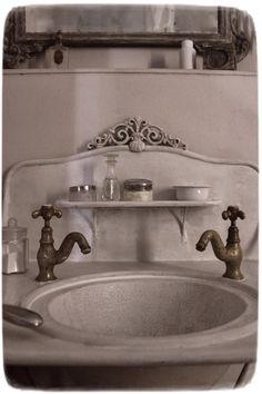 MEAS Vintage: A washstand from Belgium Meas Vintage, Shabby Vintage, Vintage Decor, French Bathroom, Victorian Bathroom, Vintage Inspiriert, Dream Bath, Cottage Interiors, Shabby Chic Cottage