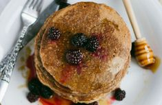 Low-Calorie, Whole-Wheat Pancakes Recipe. Only 69 calories per serving Pancakes Low Calorie, Low Calorie Cake, Low Calorie Recipes, Whole Wheat Bagel, Whole Wheat Pancakes, Pancakes And Waffles, Oatmeal Pancakes, Sparks Recipes, Muffins