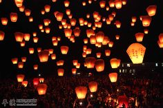 Taiwan-Sky Lantern Festival-Now on my Bucket List. How could this not be on your bucket list? Floating Lanterns, Large Lanterns, Sky Lanterns, Chinese Lanterns, Paper Lanterns, Dream Vacations, Vacation Spots, Vacation Ideas, Art Photography