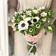 """Gefällt 91 Mal, 3 Kommentare - BESONDERS*S (@besonders_s) auf Instagram: """"Mit einem Traum von Anemonen wünsche ich euch einen schönen Abend, genießt noch die ruhige Zeit…"""" White Anemone, Floral Wreath, Wreaths, Instagram, Home Decor, Floral Crown, Decoration Home, Door Wreaths, Room Decor"""