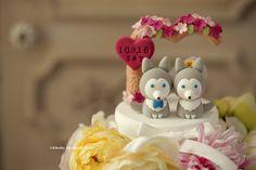 wolf husky puppy with flowers tree wedding cake topper, love dogs cake topper #weddingideas #planning #gift #cute #animalscaketopper #pet #handmadecaketopper #customcaketopper #unique #claydoll #cakedecor #initials #ceremony #weddingthings #kikuikestudio #結婚式 #Hochzeit #Boda #mariage