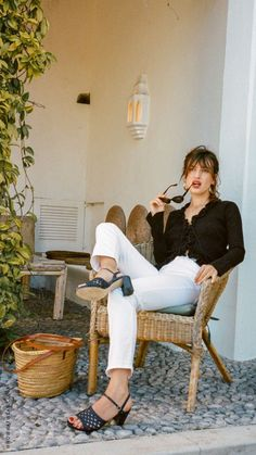 The mysterious features and secrets of french women now revealed! Lear how to dress like a native persian or a french chic also includes outfit Ideas. Jeanne Damas, Parisian Style Fashion, French Fashion, French Girl Style, French Girls, Style Chic Parisien, Parisienne Chic, Looks Chic, Jolie Photo