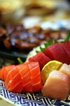 Sashimi: Pescado fresco crudo artesanalmente fileteado, en un corte preciso (siguiendo una costumbre japonesa). Los más habituales suelen ser  de salmón, atún, pescado blanco o vieira.