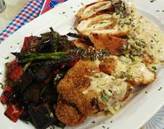 Rolls de pechuga empanados con vegetales salteados y crema de verdeo