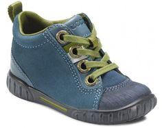 Ecco viser her deres version af barnets første rigtige sko. Eccos model er med sål længere op ad forfoden, så der ikke slides på lædersnuden. Super let og nem at få med sig.
