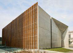 Construido en 2016 en São Paulo, Brasil. Imagenes por Fabio Hargesheimer. La invitacion al público se realiza a través de grandes entradas, sin barreras físicas y con carácter acogedor. Los pliegues del edificio orientan el...