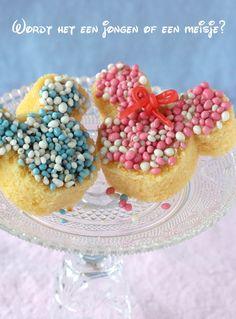 Wordt het een jongen of een meisje?  Mickey & Minnie Mouse geboorte traktatie. Wat heb je nodig? • 1 grote cake • doosje roze of blauwe muisjes • pot witte chocopasta • koekjes uitsteker  • eventueel zakje aardbeiveters Snijd een cake in dikke plakken. Met diverse soorten koekjes uitstekers kun je uit een plak cake leuk gevormde cakejes steken. In dit geval heb ik een Mickey Mouse vorm gebruikt. Bestrijk de cakejes met witte chocopasta, besprenkel ze met de muisjes. Minnie Mouse Party, Mouse Parties, Mickey Mouse, Pasta, Gender Reveal, Babyshower, Breakfast, Birthday, Desserts