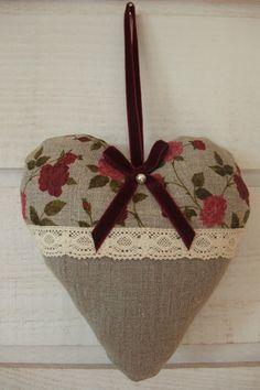 - Coussin de porte (rembourré) en forme de coeur - Tissu en lin  - Fleurs rouges - Ruban velour - Dentelle beige - Perles - Dimension: 16cm (de hauteur) et 18 cm (de largeur) - - 13137221 Valentines Bricolage, Valentine Crafts, Patchwork Heart, Fabric Hearts, Quilted Ornaments, Christmas Hearts, Lavender Bags, Lace Heart, Heart Crafts