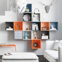 Rangements muraux multicolores carrés dans un salon blanc