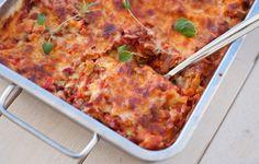 Denne lasagnen har både tomatsaus og ostesaus, og eg kan nesten garantere at dei du serverar den til ikkje vil leggje merke til at den manglar kjøt i seg. Fortsett å les Veggie Lasagna, Recipe Boards, Meatless Monday, Macaroni And Cheese, Nom Nom, Veggies, Food And Drink, Yummy Food, Dinner