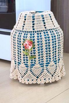 capa simpleb kos com flor Crochet Kitchen, Crochet Home, Free Crochet, Knitting Patterns, Crochet Patterns, Crochet Designs, Crochet Doilies, Paper Dolls, Crochet Projects