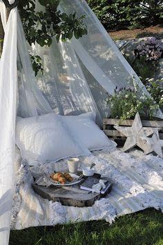 Petite idée de coin détente au milieu du jardin! So romantic ! #romantic #dejeuner #love ► www.verymojo.com ◄