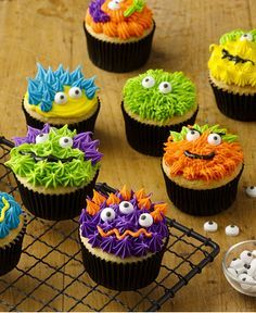 Scary Monster Cupcakes These fun, easy treats are sure to be a hit at Halloween parties this year. Just pipe frosting on cupcakes to look like monster's fur or decorate each cupcake using candy eyeballs and decorating gel. Halloween Desserts, Muffins Halloween, Halloween Treats, Halloween Parties, Halloween Cupcakes Decoration, Halloween Cupcakes Easy, Happy Halloween, Gateau Iga, Halloween Backen