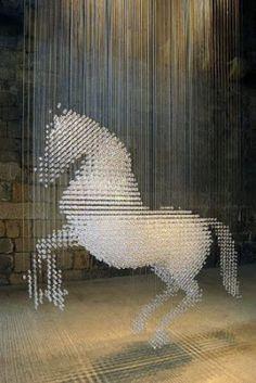 """La sculpture """"Lucky Spot"""", un cheval haut de 3 mètres, constituée de plus de 8000 cristaux Swarovski, s'installe à nouveau au château médiéval de Belsay, dans le Northumberland (GB). Stella Mc Cartney, fille de l'ex-Beatles, l'avait créée pour les lieux dans le cadre de l'exposition «Fashion at Belsay» en 2004."""