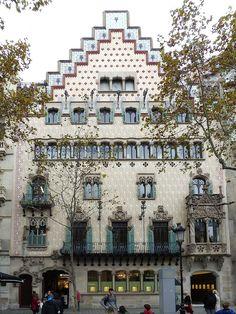 Casa Amatller (Barcelona) 1875-Passeig de Gràcia 99 (avui Passeig de Gràcia 41). Una finca propietat de Antoni Robert. 1894 al 1898.Passeig de Gràcia 97-99. Torruella Lladós (Antoni),propietari de la finca,viu en el principal 1ª.1900-Passeig de Gràcia 41.Amatller (Antoni),fàbrixca de xocolata.Adquireig i reforma la casa. Arquitecte: Josep Puig Cadafalch. Escultor:Eusebi Arnai i Alfons Jujol.1901-Passeig de Gràcia 41.Amatller (Antoni), fàbrica de xocolata.Viu al carrer Consell de Cent 343.