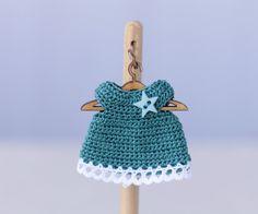 Puppenkleidung - miniaturen Puppenhaus baby gestrickt Türkis Kleid - ein Designerstück von Miniature-Boutique bei DaWanda