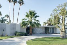 mid-century homes Palm Springs Becki Owens Mid Century House, Mid Century Style, Mid Century Design, Palm Springs Häuser, Palm Springs Style, Landscaping With Rocks, Modern Landscaping, Mid Century Landscaping, Landscape Architecture