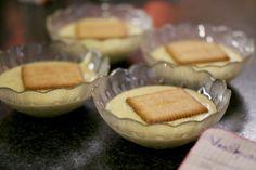 """Als er grote haast mee gemoeid is, doet een pakje kant-en-klaar poeder met melk wonderen. Maar wie een klein beetje meer tijd heeft moet de pudding eens vers maken. De bereiding is bijzonder eenvoudig en er zit altijd een happy end aan vast, want """"Wie mag de pan uitlikken?"""""""
