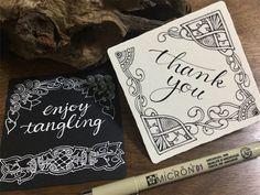 マリアみたいにカリグラフィーとタングルを合わせた作品に憧れますけど、ゼンタングルと違ってカリグラフィーはかなり難しいですね。 ↑これはピグマとジェリーロールで描きました。 ↑ジェリーロールが少し太めなんですよね。大きな紙なら違和感が減るかもしれません。 インクを付けながら使うペンの扱いがとても難しいです。ピグマがいかに描きやすいか改めて分かります。でもピグマは付けペンのように太さを大きく変えることができないのですよね。なので普通に描いてから付けペン風に太い部分を書き足しています。アルファベットのつづりを間違えそうで怖いです。後から直せません。 【お知らせ】 5/6(土)東京銀座ゼンタングル教室…