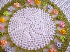 Toalha de croche primavera , branca com detalhes coloridos , aceita encomenda em outras cores . Confeccionado com linha de polipropileno . Encomenda na linha de algodão altera o valor da peça .