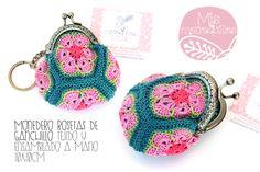 Monedero rosetas de ganchillo tejido y ensamblado a mano 10x10cm ··· #MisMatraquillas #ganchillo #crochet #llavero #monedero #encargo #regalo #hechoamano #DIY #roseta #flor