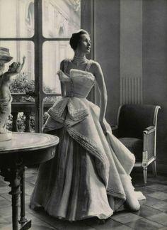 Organdi et MousselineL'Officiel #327, 1949Photographer: Philippe PottierChristian Dior, Spring 1949 Couture