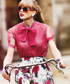 How do you look this freakin' amazing on a bike. Oh wait, Taylor Swift is a perfect human being, I almost forgot. Style Taylor Swift, Taylor Alison Swift, Begin Again Taylor Swift, Lady Like, Look Vintage, Cheap Fashion, Latest Fashion, Vintage Fashion, Celebs