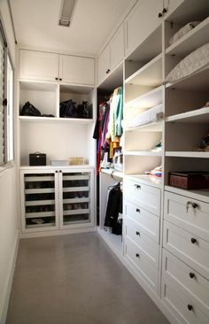 closet planejado Walk In Closet Design, Bedroom Closet Design, Master Bedroom Closet, Closet Designs, Home Office Closet, Attic Closet, Closet Vanity, Closet Layout, Bathroom Design Luxury