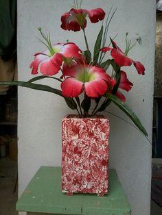 Vaso de madeira texturizado, Vermelho e branco.