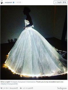暗闇でドレスが発光してる-ーッ!! 奇抜ファッション満載のパーティー「MET GALA」で登場したドレスに驚愕!