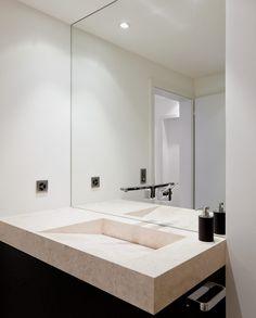 Waschbecken und Duschtasse aus demselben Material