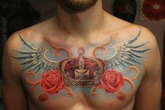 Tatuaż korona skrzydła i róże