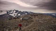 FANNARÅKEN: Fannaråkhytta er Norges høyst beliggende turisthytte på 2068 moh. Herfra ses blant annet Hurrunganes tinderekker og Jostedalsbreen.