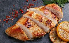 Puikiai kepta vištiena orkaitėje - sultingai ir labai skani. Tik kai gaminsite būtinai tiksliai laikykitės recepto - vištieną pamirkykite sūriame vandenyje ir kepkite aukštoje temperatūroje, bet gana neilgai. Būtent taip paruošta vištiena man yra pati pačiausia! Dubenėlį pripilkite