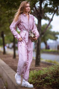 Gigi Hadid: What The Fashion Crowd Are Wearing To Fashion Month Looks Gigi Hadid, Gigi Hadid Style, Street Style Looks, Looks Style, Casual Looks, Model Outfits, Fashion Outfits, Gigi Hadid Outfits, Look Plus