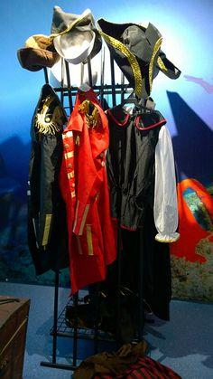 Vaatenaulakosta roikkuu meriaiheisia vaatteita ja asusteita. Auttaisiko vaikkapa merirosvohattu pääsemään tunnelmaan? Oulu (Finland)